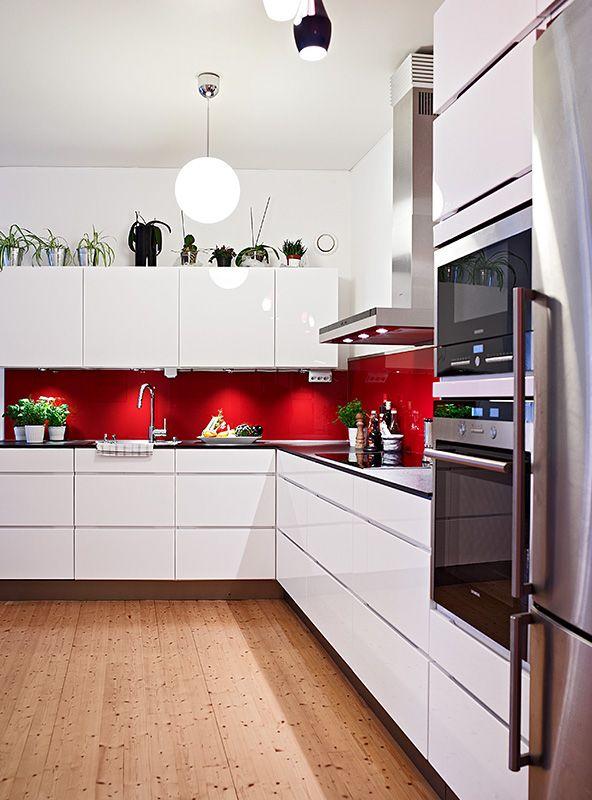 kuchyn bila cervena