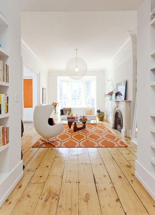 bílý interiér s kapkou oranžové