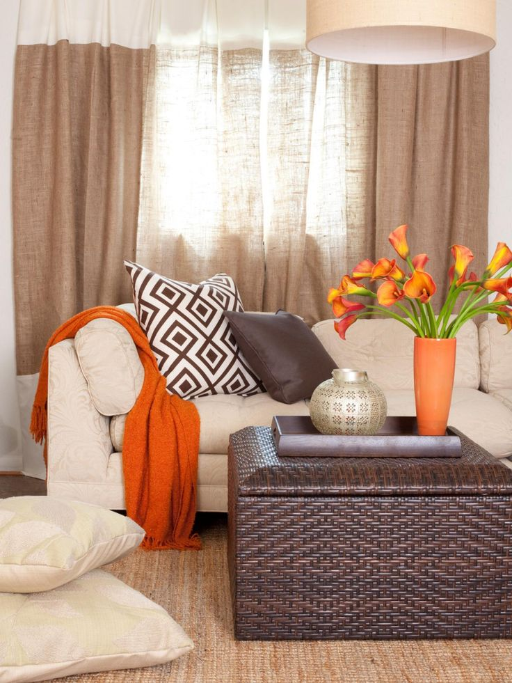obývací pokoj v tónech oranžové a pískové