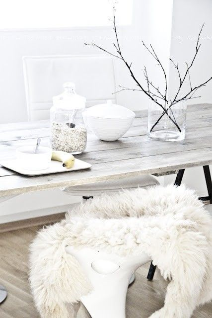 Kožešiny pomáhají do bílých interiérů vnést tolik potřebnou texturu. Zdroj: Pinterest
