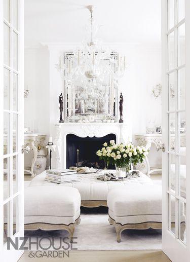 Prosklené dveře a odraz v zrcadle bílou rozzáří. Zdroj: Pinterest