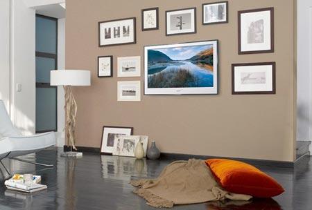 """Televizor lze také """"zamaskovat"""" mezi obrazy na zdi. Sony vyrábí televizi, která se mezi ostatními obrázky úplně ztratí (Sony E4000)"""