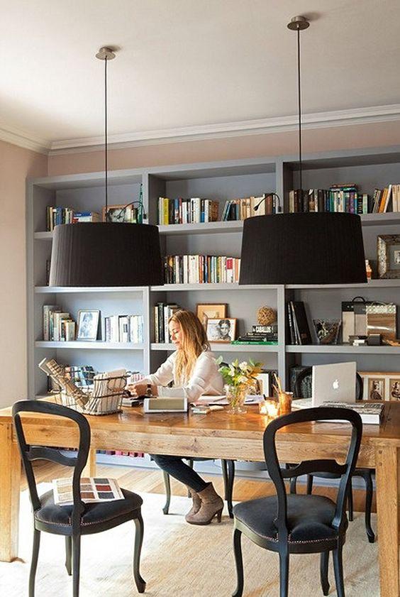 Velký stůl poslouží jak pro práci s počítačem, tak pro další kreativní činnosti a nabízí i dost místa pro klienty. Zdroj foto.